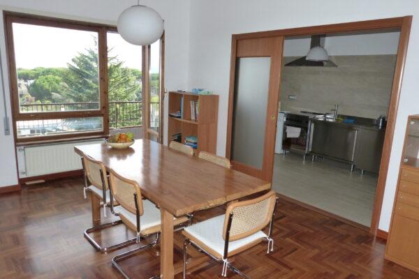 Le eleganti porte in legno consento di aprire e chiudere la cucina, con una ottimizzazione dell'area giorno